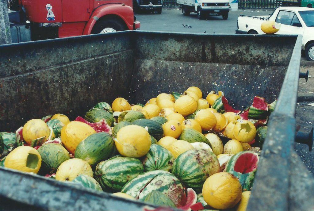 frutas no lixo